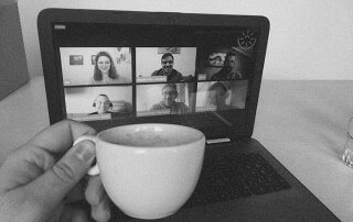 kafa i laptop dok se pazljivo slusa Tehnoloski Dorucak #52
